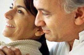 Пожилой муж обнимает жену