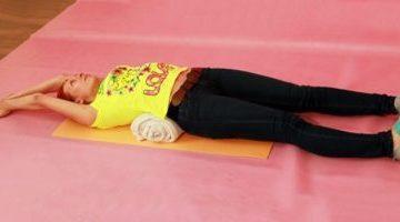 Как делать японскую гимнастику для позвоночника с валиком?
