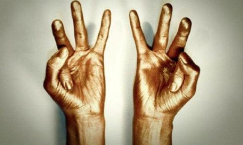 Практика мудр подразумевает йогу пальцев, то есть конкретные положения и комбинации пальцев рук, которые гармонизируют поток энергии и жизненной силы в организме