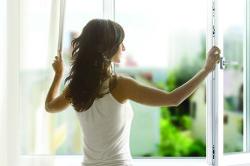 Проветривание комнаты для профилактики соплей