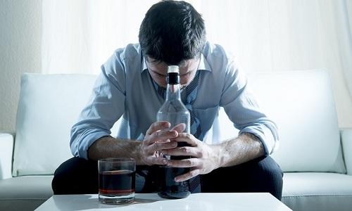 У мужчин спровоцировать геморрой может злоупотребление алкоголем