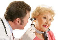 Осмотр врача при шуме в ушах