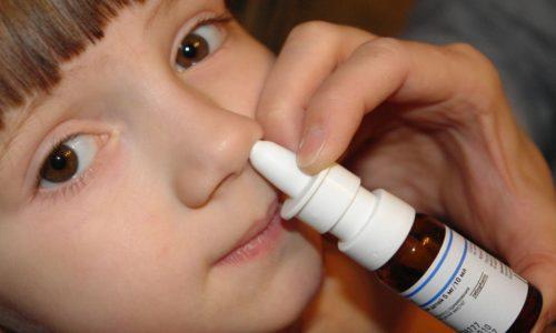 Если болезнь не вызвана органическими препятствиями (искривление перегородки оса, опухоли), лечение начинают с терапевтических методов. Обычно это сосудосуживающие капли в нос