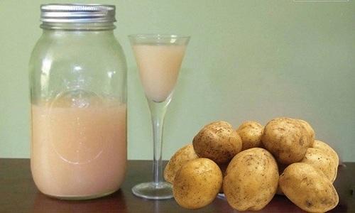 При запорах сок сырой картошки употребляют перед основными приемами пищи: утром, в обед и вечером