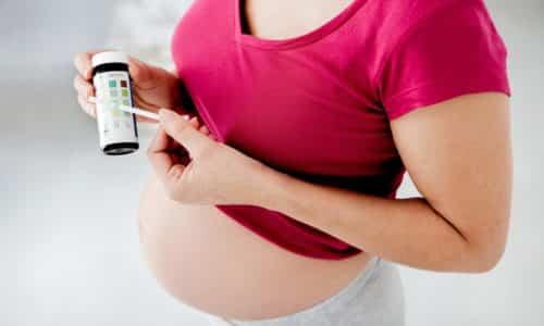 Темный цвет мочи нередко выявляется у беременных женщин на фоне употребления витаминов для беременных, оказывающих влияние на оттенок урины