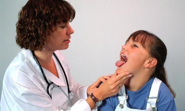 Осмотр врача при фарингите