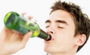 Человек пьет пиво