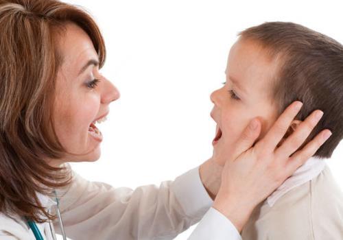 Ребенок показывает рот