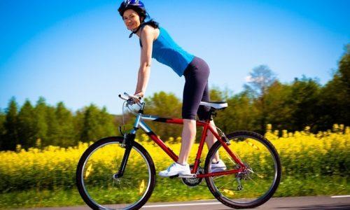 Езда на велосипеде способствует укреплению мышц нижних конечностей и тазового дна, улучшает работу сердечно-сосудистой системы, повышает выносливость организма