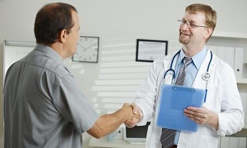 Человек, столкнувшийся с симптомами геморроя, должен знать к какому врачу нужно обратиться