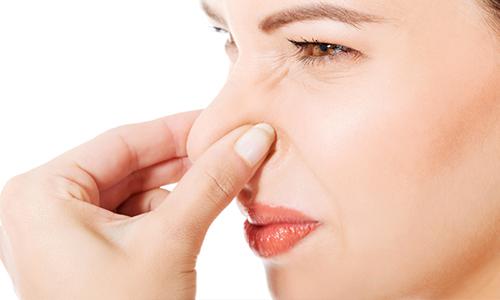 Некроз сопровождается гнилостным запахом